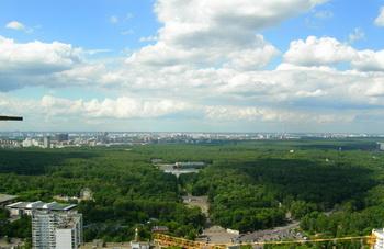 Парк Сокольники в районе Москвы Сокольники. Панорамный вид на район Москвы Сокольники