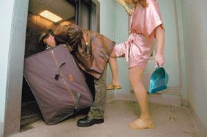 Развод  супругов.Жена выгоняет мужа из квартиры