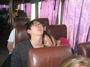Спящие туристы в автобусе
