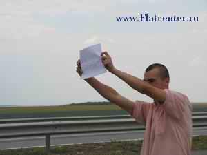 Путешествие по России автостопом.Парень голосует на дороге на халяву