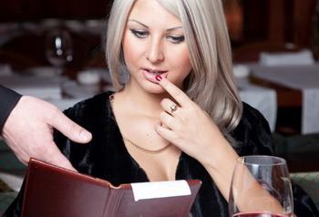 Девушку разводят на деньги в ресторане