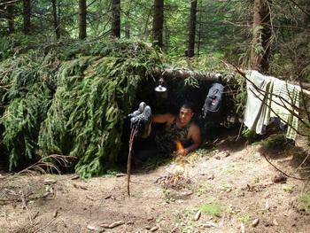 Ночёвка в джунглях в шалаше из веток