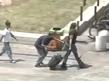 Туристку грабят на улице срывая сумку