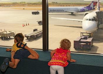 Маленькие дети рассматривают, как выглядит самолёт