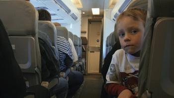 Маленький мальчик сидит в самолёте