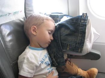 Маленький мальчик уснул в самолёте