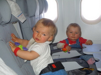 Грудные дети летят в самолёте