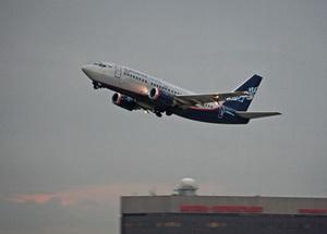 Самолёт взлетает в Шереметьево