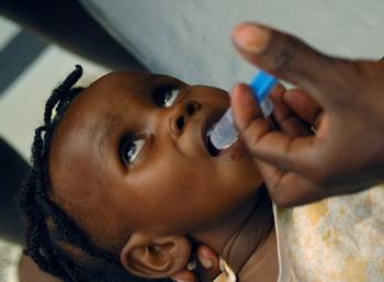 Молодой негр, умирающий от холеры в Африке