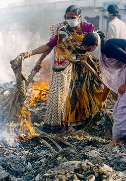 Нндианка, сжигающяя чумные вещи