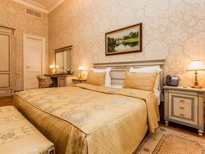 Снять номер в отеле «Петровский дворец» рядом с метро «Аэропорт»