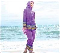 Женщина в мусульманском купальнике на пляжах Турции